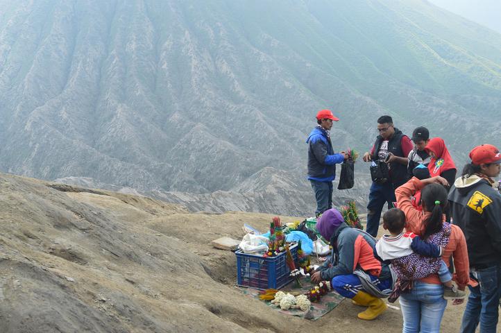 Penjual bunga adelwish di Gunung Bromo