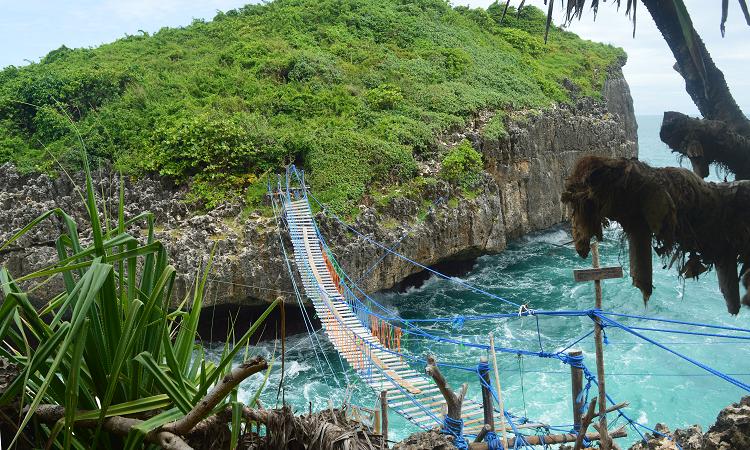 Jembatan di Pulau Kalong