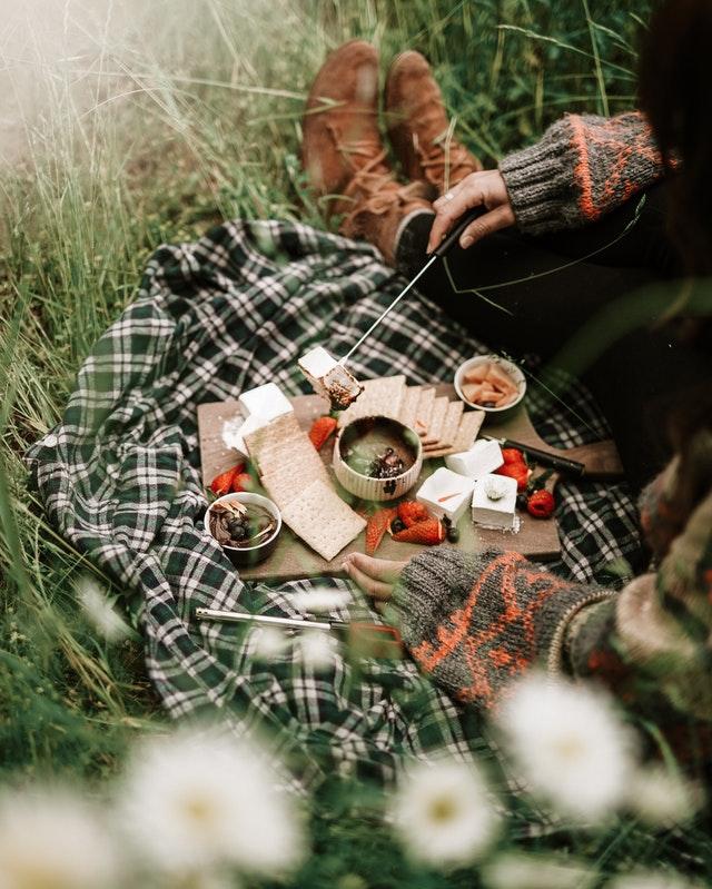 Ilustrasi konsumsi untuk outdoor | Photo by Taryn Elliott from Pexels